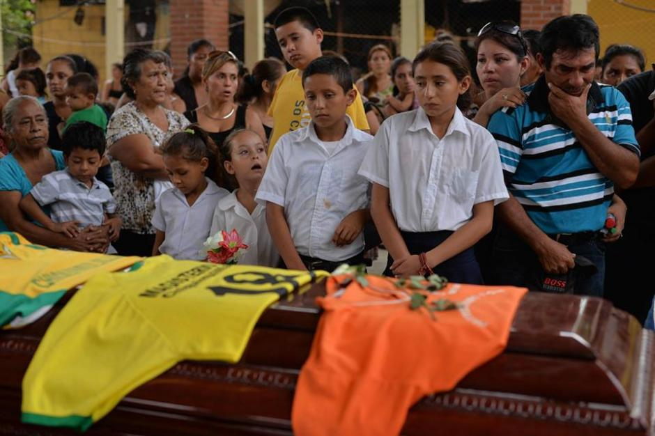 Las camisolas de fútbol a las que era afín el maestro acompañaron el cortejo fúnebre. (Foto: Wilder López/Soy502)