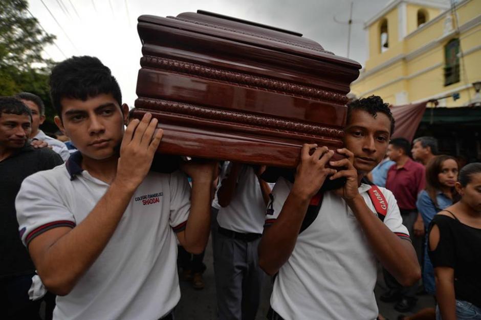 Los alumnos de Gustavo Adolfo Arrecis Pineda cargan su ataúd.  (Foto: Wilder López/Soy502)