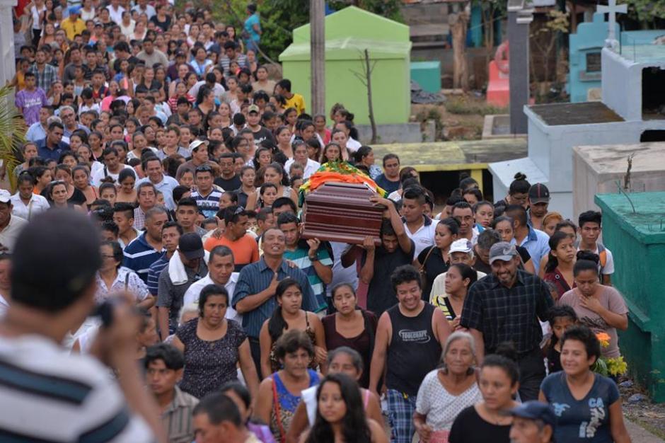 Vecinos, familiares y alumnos dieron el último adiós a Gustavo Arrecis Pineda.  (Foto: Wilder López/Soy502)