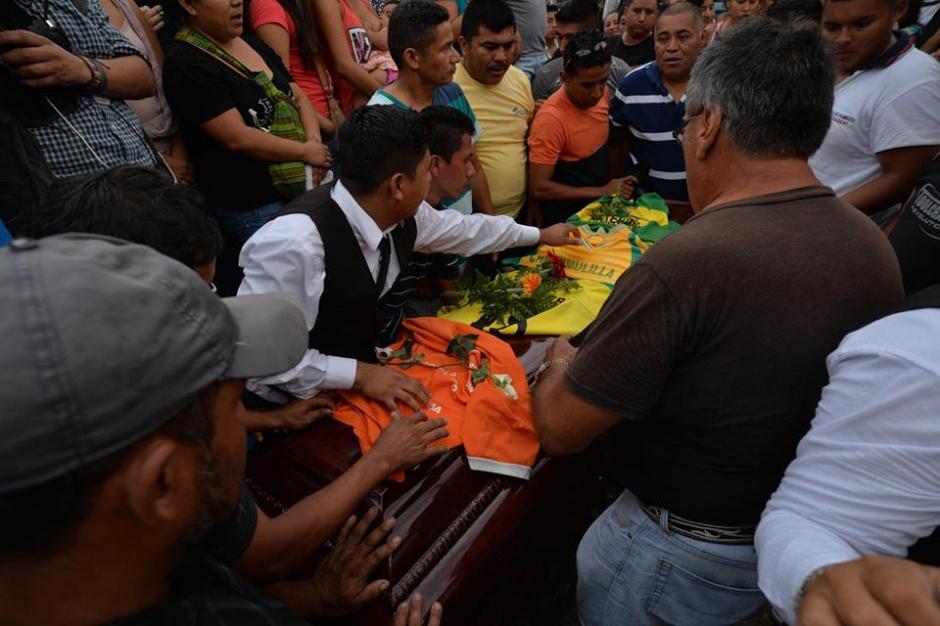 Los alumnos y familiares dan el último adiós a Arrecis Pineda.  (Foto: Wilder López/Soy502)
