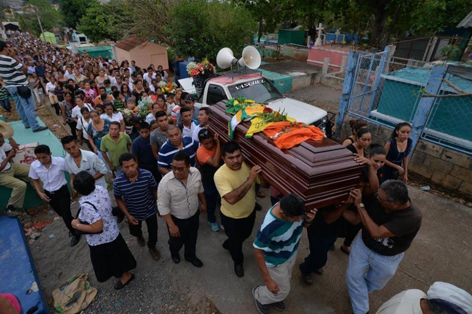 El cuerpo del maestro recorrió las calles del lugar acompañado de cientos de vecinos. (Foto: Wilder López/Soy502)