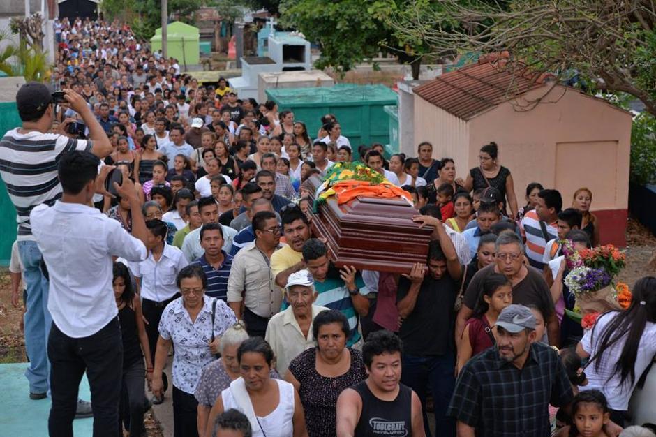 El ataúd fue llevado en hombros por decenas de personas. (Foto: Wilder López/Soy502)