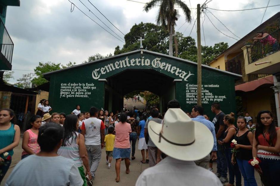 Las personas se acercaron al cementerio local para despedir al mestro. (Foto: Wilder López/Soy502)