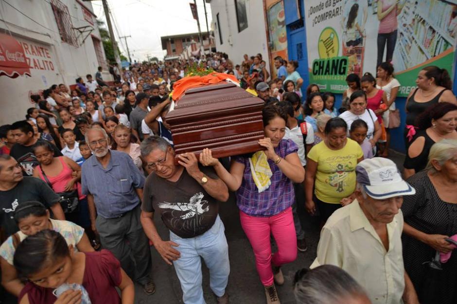 Alumnos y familiares se despidieron del maestro asesinado. (Foto: Wilder López/Soy502)