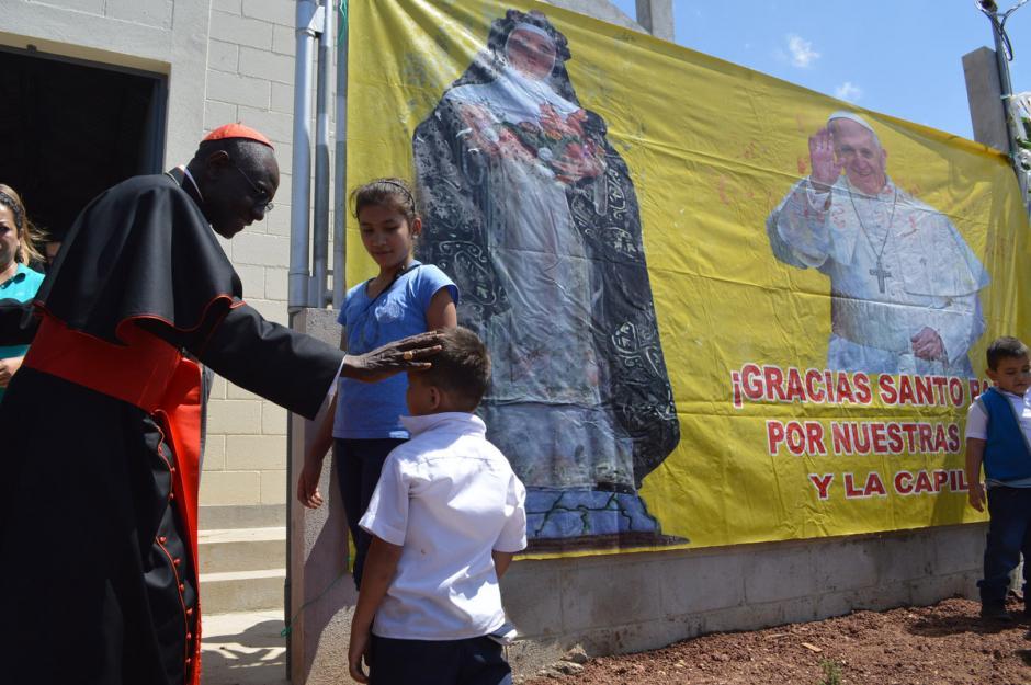 El enviado del papa Francisco, el cardenal Roberth Sarah, saluda a un niño durante su visita a Santa Rosa, donde entregó casas a damnificados por el terremoto de 2011. (Foto: José Sánchez/Nuestro Diario)