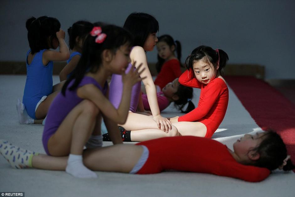 Práctica de abdominales en las clases de gimnasia de la escuela Atlética Amateur de Yangpu Shanghai. (Foto: dailymail.co.uk)