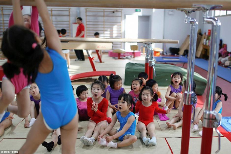 Entrenamiento de gimnasia en las barras paralelas. (Foto: dailymail.co.uk)