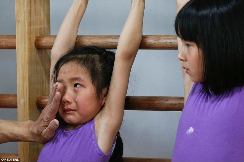 Una pequeña llora debido al exceso de trabajo durante el entrenamiento. (Foto: dailymail.co.uk)