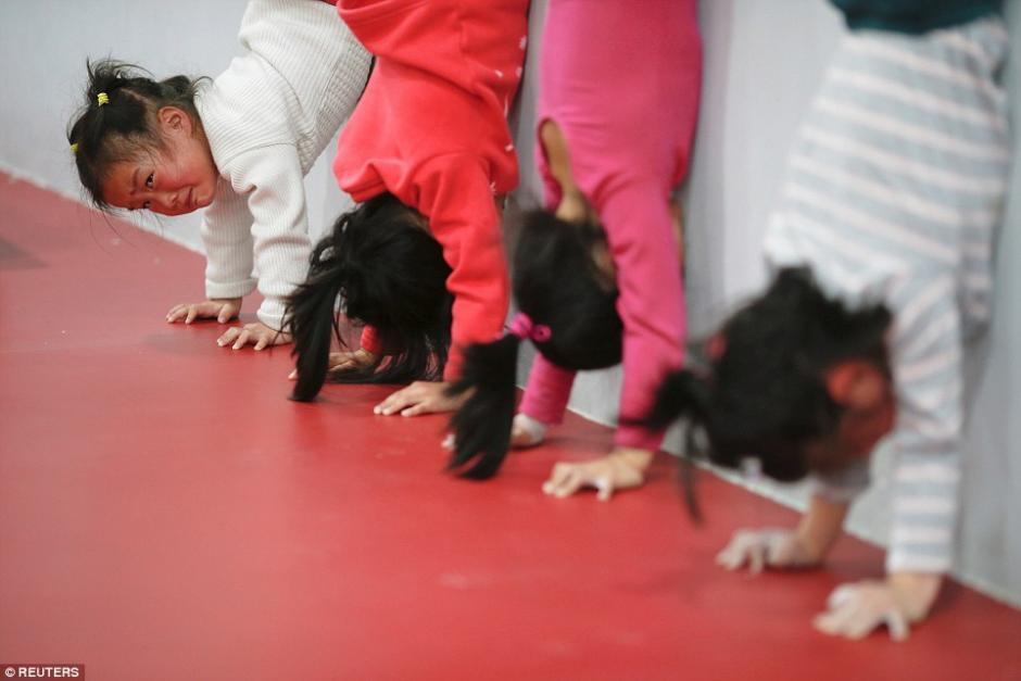 Niñas practican el pino durante las clases de gimnasia en la escuela Atlética Amateur de Yangpu Shanghai. (Foto: dailymail.co.uk)