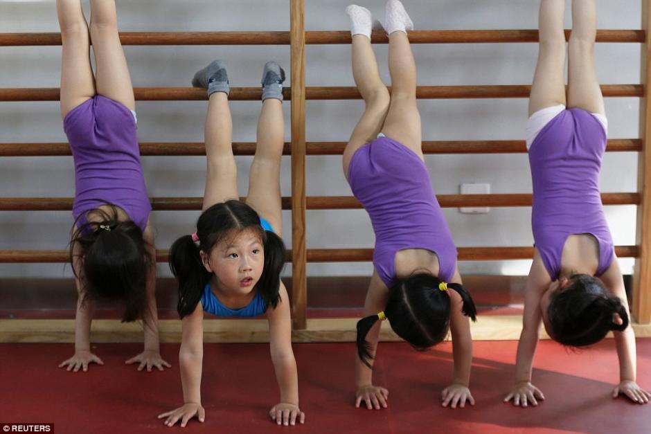Niñas practican el pino durante las clases de gimnasia. (Foto: dailymail.co.uk)