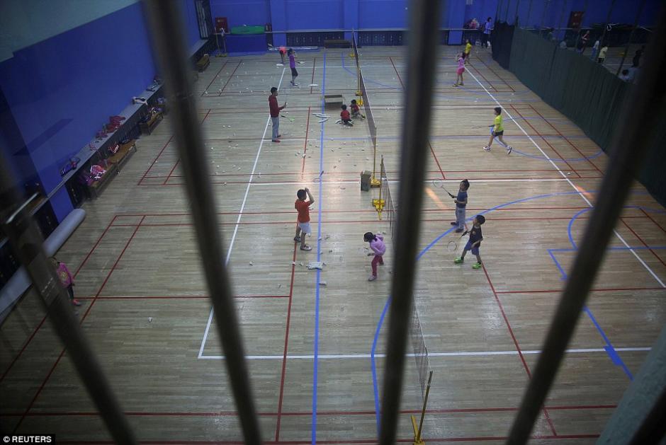 Los estudiantes practican bádminton en la escuela de deportes en Beijing Shichahai. (Foto: dailymail.co.uk)