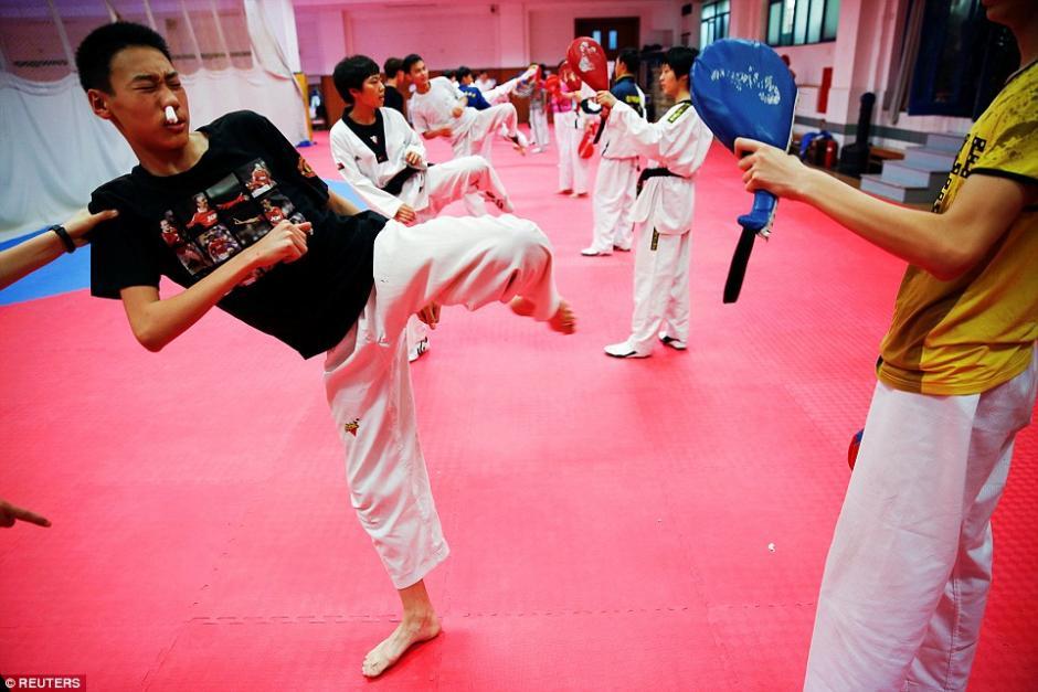Un estudiante práctica taekwondo sangrado en la escuela deportiva Shichahai. (Foto: dailymail.co.uk)