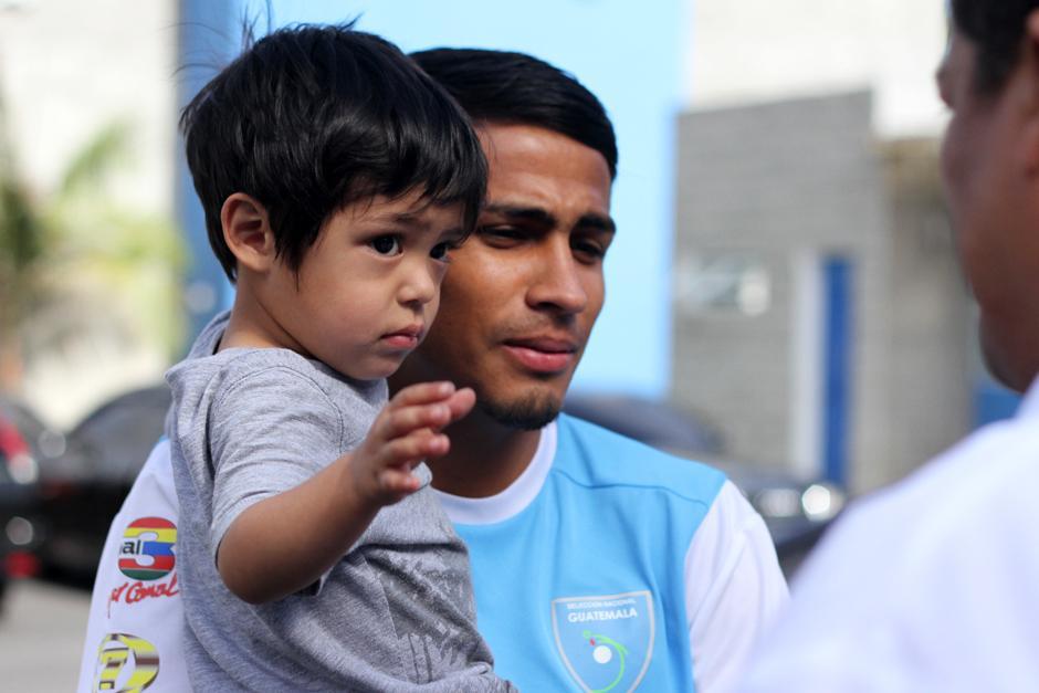Luis Martínez recibió la visita de su pequeño hijo Tiago. (Foto: Luis Barrios/Soy502)
