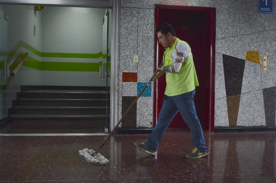 Héctor Cecaida se levanta temprano todos los días para llegar a su trabajo a tiempo. (Foto: María Olga Vega/Soy502)