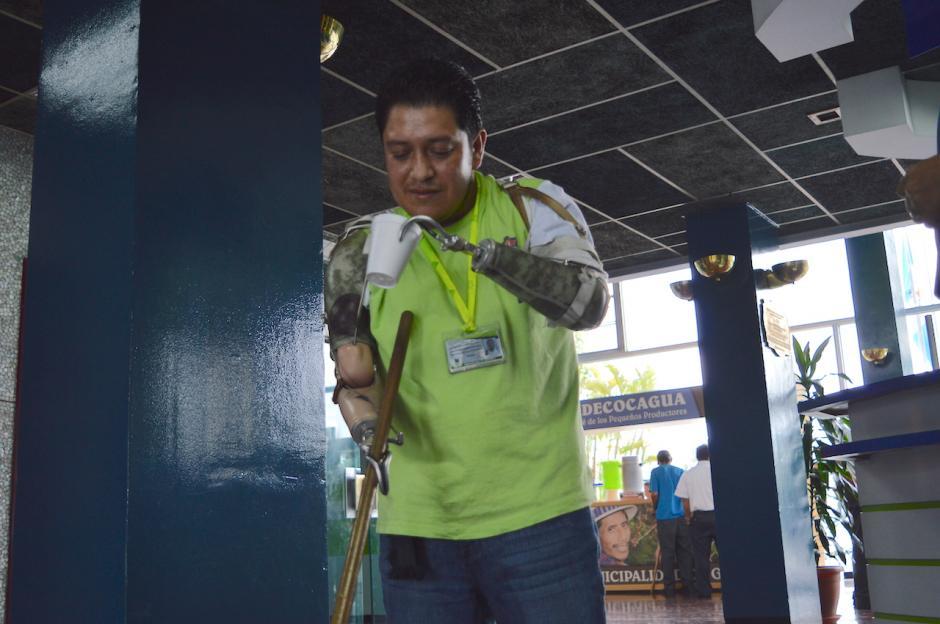 Héctor toma una pequeña pausa para refrescarse y continuar con energías su labor. (Foto: María Olga Vega/Soy502)