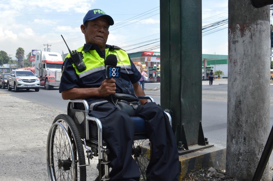 Mario César también tiene a su cargo dirigir uno de los semáforos de la calzada San Juan. (Foto: María Olga Vega/Soy502)