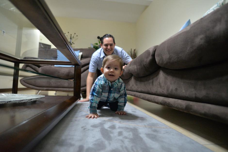 Martín Alvarizaes juega todos los días con su hijo Enrique Martín Alvarizaes. (Foto: Wilder López/Soy502)