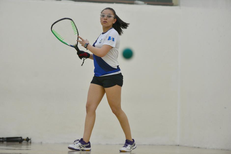 Ana Gabriela Martínez, hexacampeona mundial de raquetbol posa para soy502 en las canchas del Club La Villa. (Foto: Wilder López/Soy502)