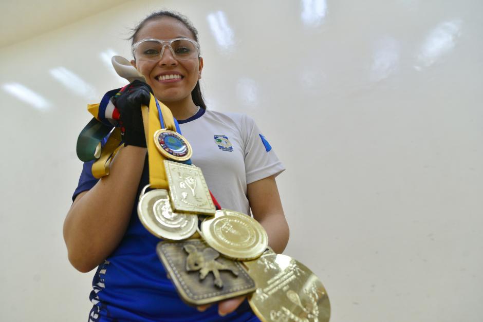 La guatemalteca, Ana Gabriela Martínez, hexacampeona mundial de raquetbol muestra orgullosa sus medallas. (foto: Wilder López/Soy502)