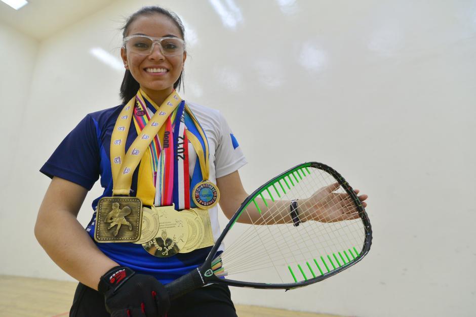 La juvenil, Ana Gabriela Martínez, hexacampeona mundial de raquetbol, sueña con llegar a ser la mejor deportista del país. (Foto: Wilder López/Soy502)