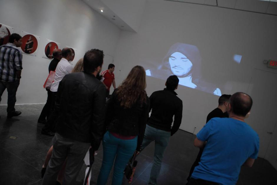 """La galería Art Center/South Florida recibió muchas visitas durante la inauguración de """"In his own likeness"""". (Foto: Facebook/Eny Roland)"""