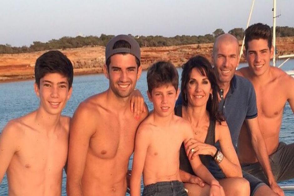 Zinedine está casado con Verónica con quien tiene 4 hijos: Enzo, Luca, Elyaz y Théo. (Foto: elespanol.com)