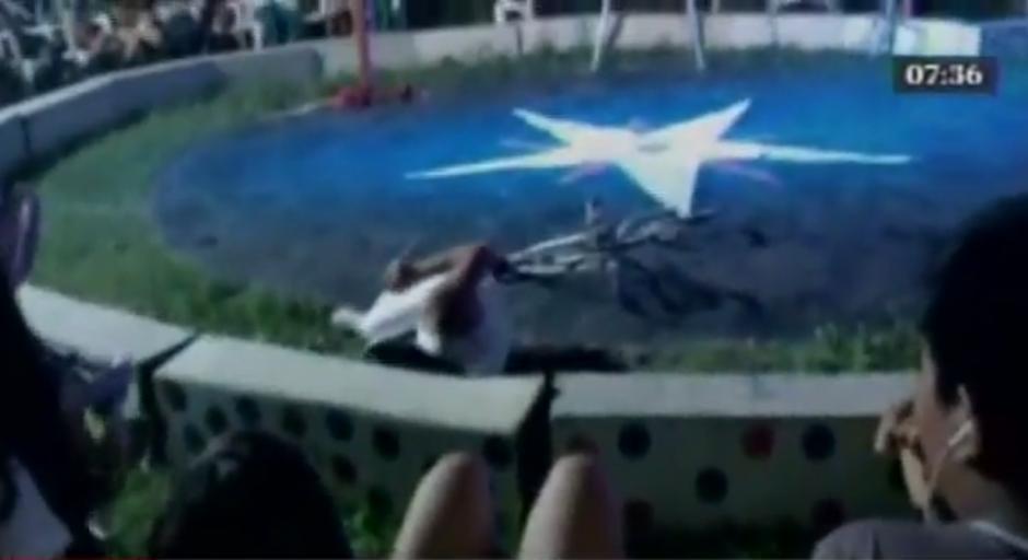 El joven equilibrista sufrió golpes en la espalda y el cuello por la caída. (Imagen: captura de YouTube)