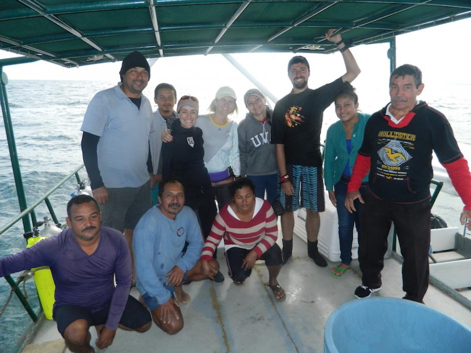 Las líderes junto con pescadores de la comunidad. (Foto: Liderazgo SAM)