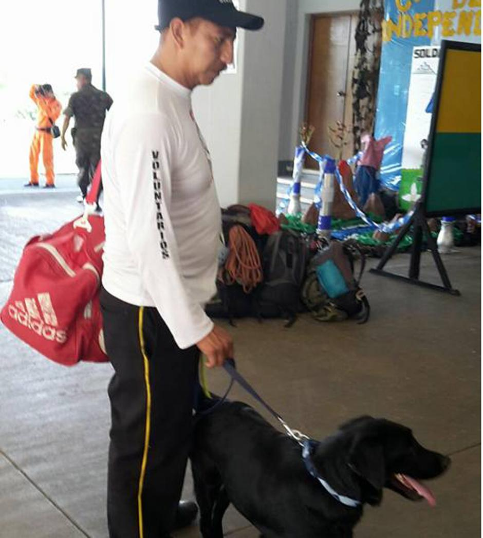 La unidad canina de los Bomberos Voluntarios también apoya la búsqueda. (Foto CBV)