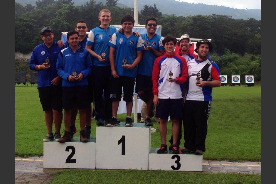 El equipo guatemalteco de la modalidad de recurvo, se quedó con el oro. (Foto: COG)
