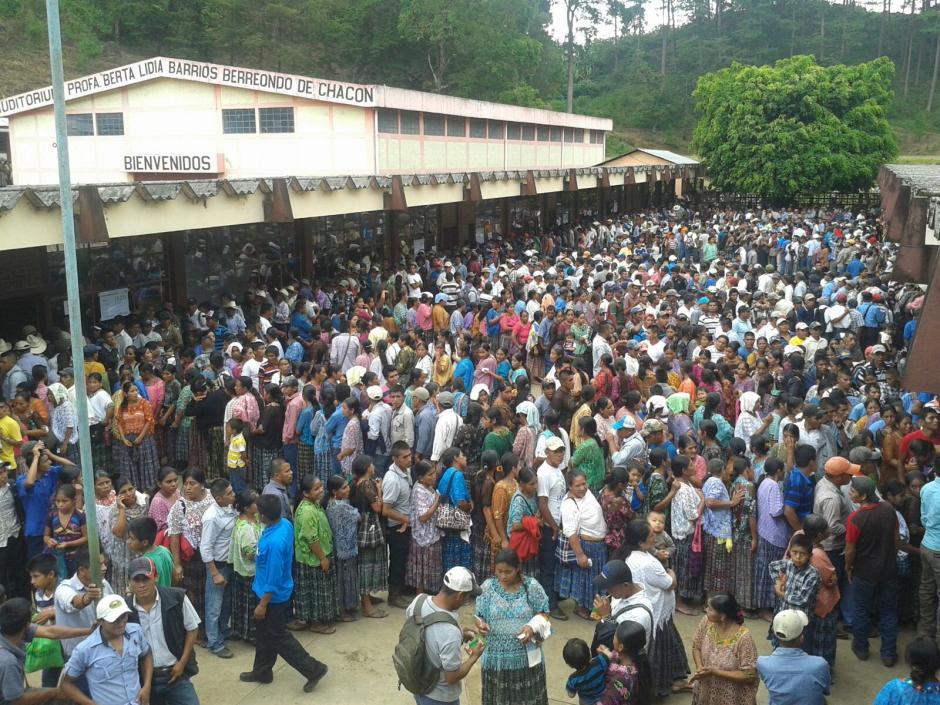 La afluencia de personas para votar fue masiva en la Escuela de Aplicación Arturo Cruz, Cobán, Alta Verapaz. (Foto: Graciela Alixtun/Nuestro Diario)