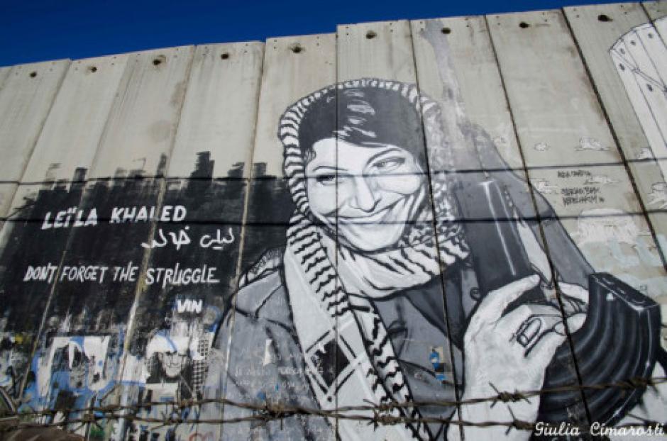 Artistas palestinos pinta murales en las paredes de una escuela. (Foto: AFP)