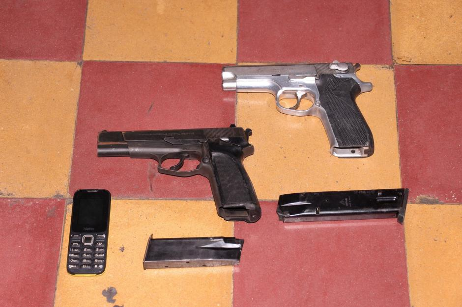Dos pistolas de calibre 9mm incautadas a los presuntos responsables. (Foto: PNC)