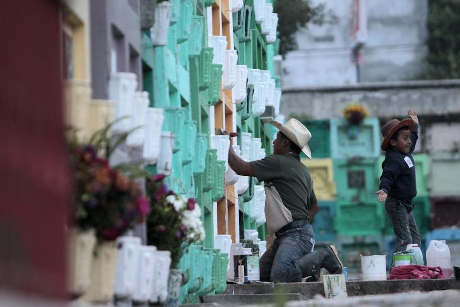 Las familias aprovechan para adornar los nichos a sus seres queridos. (Foto: Esteban Biba EFE)