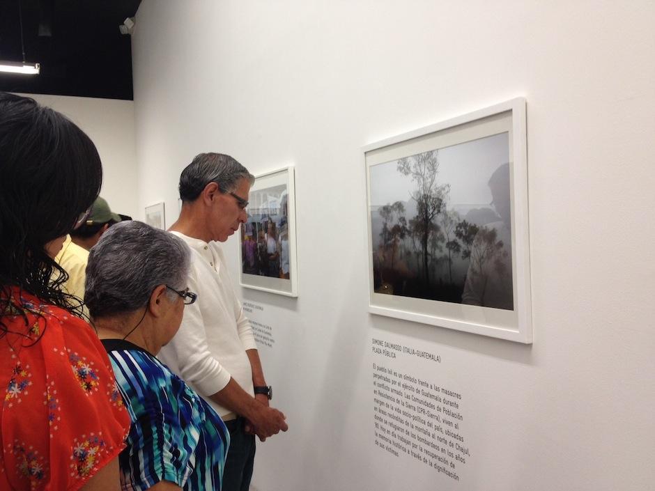 Los asistentes apreciaron las imágenes más impactantes, realizadas por fotoperiodistas centroamericanos. (Foto: Moisés Castillo)