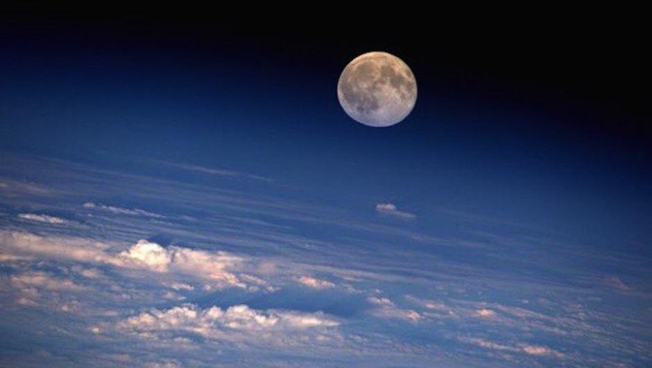 La luna llena coronó el horizonte el 18 de agosto de 2016. (Foto: Jeff Williams/NASA)