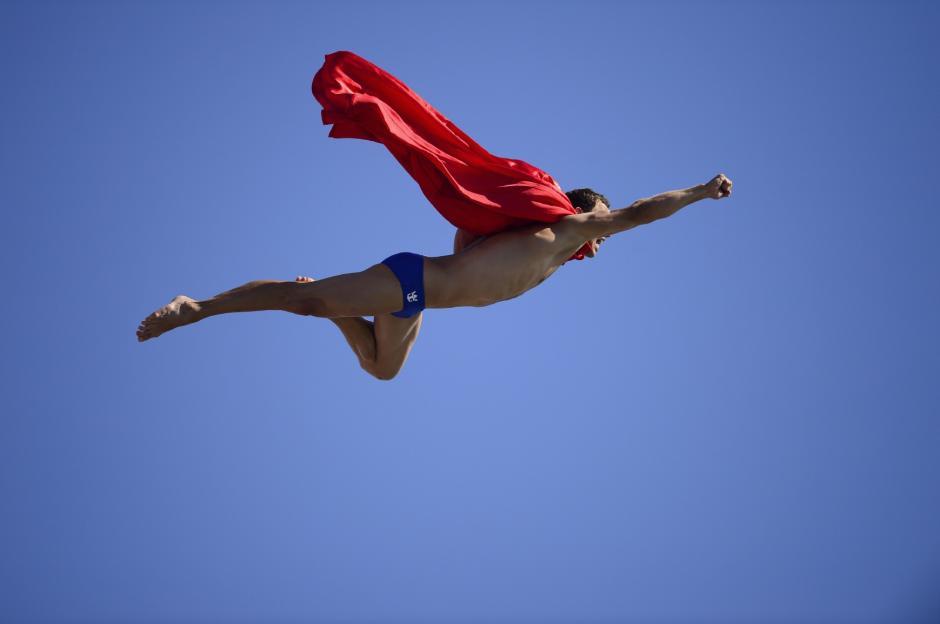 El nadador Checo MichalNavratilse zambullecomoSupermandespuésdel torneo dealtacompetición de la finalde buceoen el Campeonato Mundialde la FINAenel Moll de laFustadel puertode Barcelonael 31 de juliode 2013.(Foto:AFP/JAVIERSORIANO)