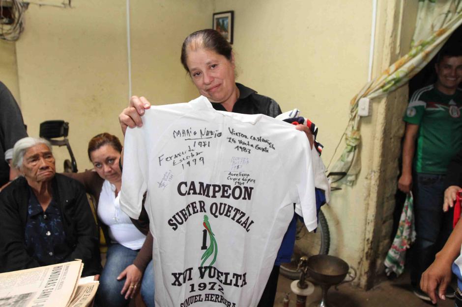 María Ester Pineda muestra el suéter de campeón de su esposo. (Foto: Dickens Zamora/Nuestro Diario)