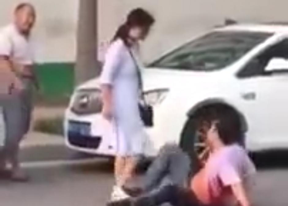 Una mujer china persiguió a su esposo en una calle por haberle sido infiel. (Foto: YouTube)