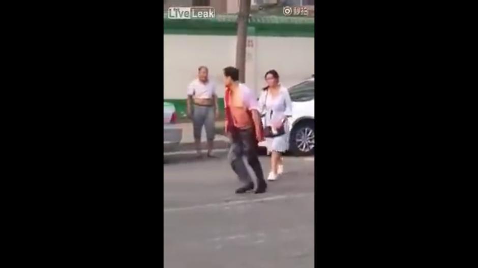 Cuando él logró levantarse del piso ella lo siguió mientras que más espectadores se acercaban. (Foto: YouTube)