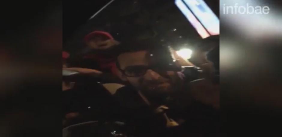 Así mira a los fanáticos la pareja desde el interior de su carro. (Foto: captura de pantalla)