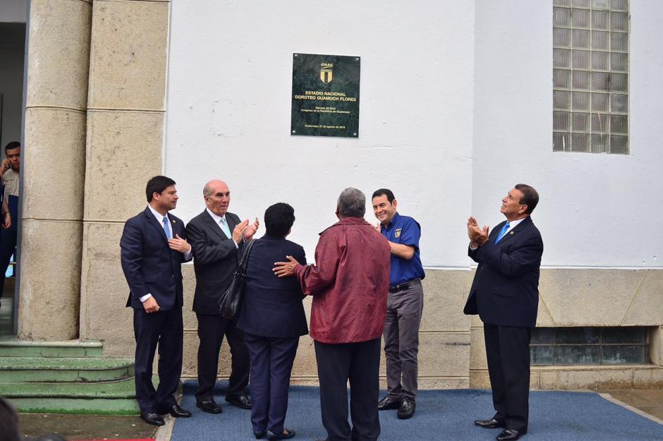 Las autoridades develaron la placa con el nuevo nombre del estadio. (Foto: Jesús Alfonso/Soy502)