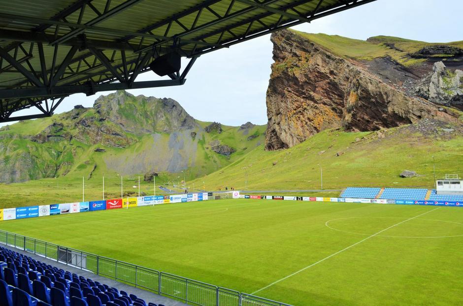 La naturaleza hace que los escenarios deportivos de Islandia tengan una vista peculiar. (Foto: Infobae)