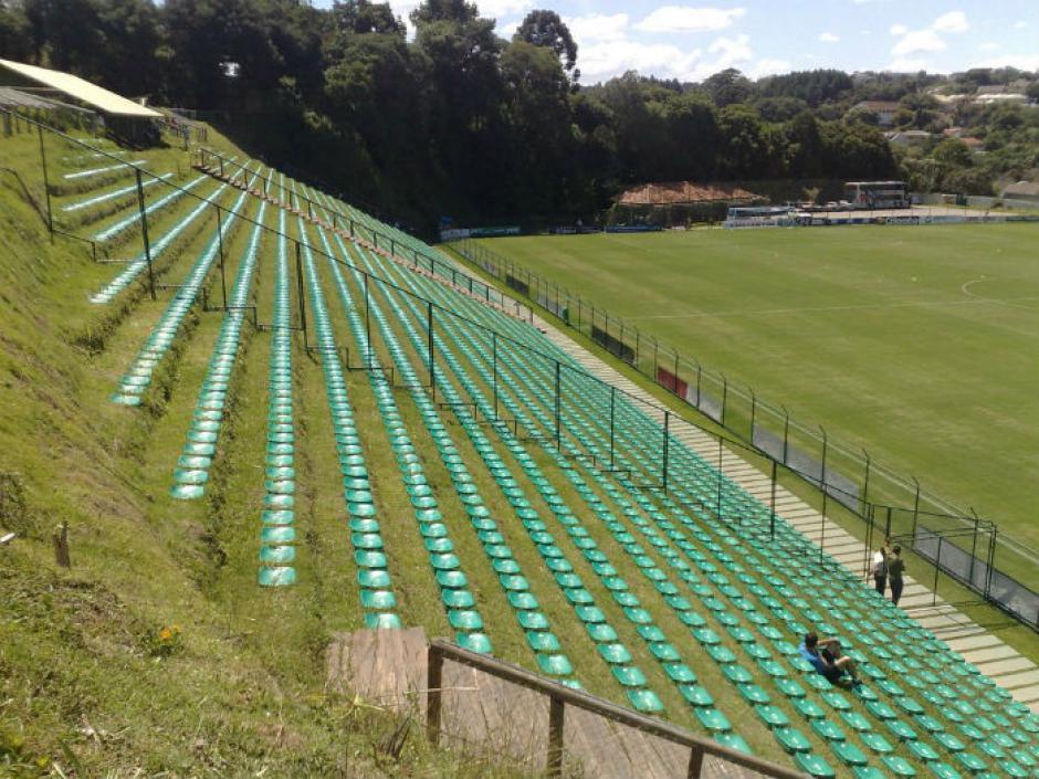 El Estadio de Janguito Malucelli en Brasil, es conocido por ser el primer estadio ecológico del país. Fue construido en el año 2007 y tiene capacidad para 3,150 personas. Las gradas del estadio están situadas sobre una ladera y los banquillos están compuestos por troncos de madera. (Foto: Tomada de AS)