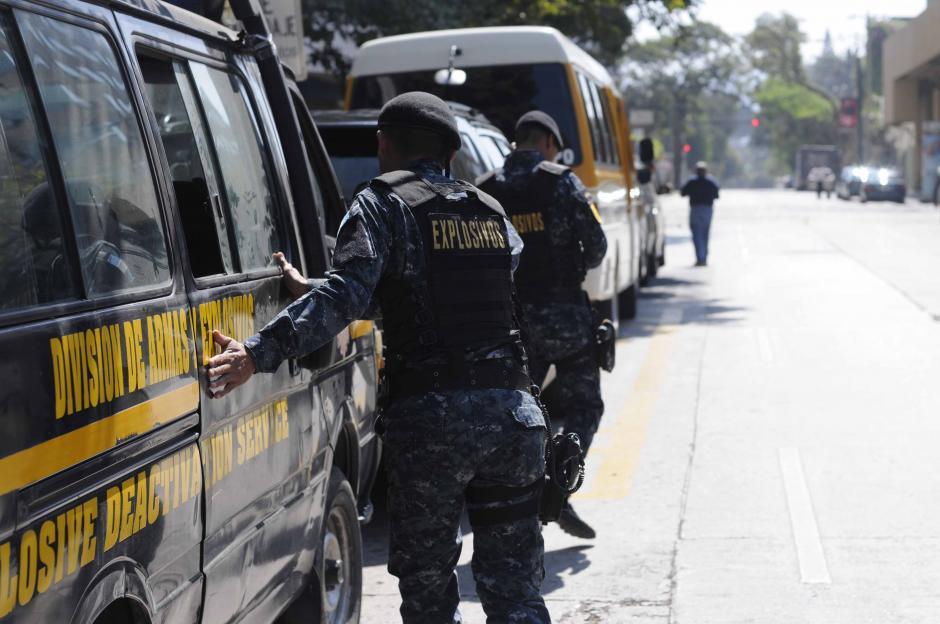 La unidad especial de armas y explosivos de la Policía Nacional Civil resguarda al hotel de concentración de Estados Unidos.  (Foto: Pedro Pablo Mijangos/Soy502)