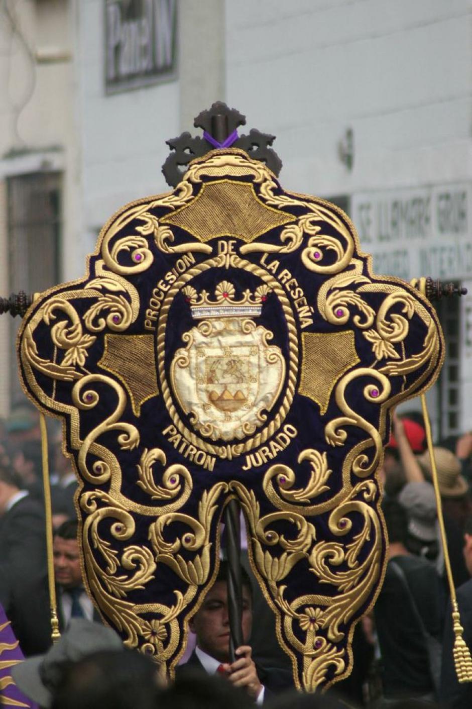 El estandarte dorado de la procesión de la Merced, conocida como La Reseña. (Foto: Raúl Illescas).
