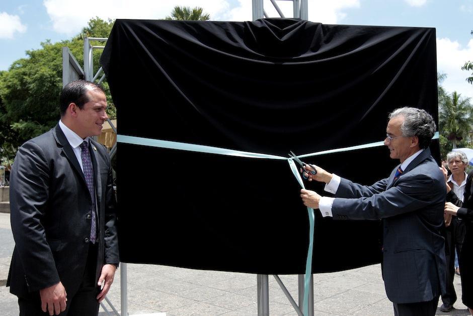 El Ministro de Cultura y Deportes Dwight Pezzarossi y el Embajador de españa en Guatemala Manuel Lejarreta en la inauguración de la exhibición. (Foto: Esteban Biba/EFE)