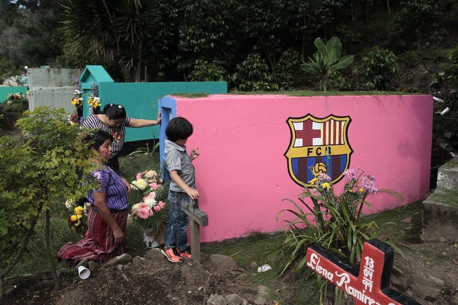 Las tumbas más curiosas resaltan en el colorido paisaje dentro del cementerio: (Foto: Esteban Biba/EFE)