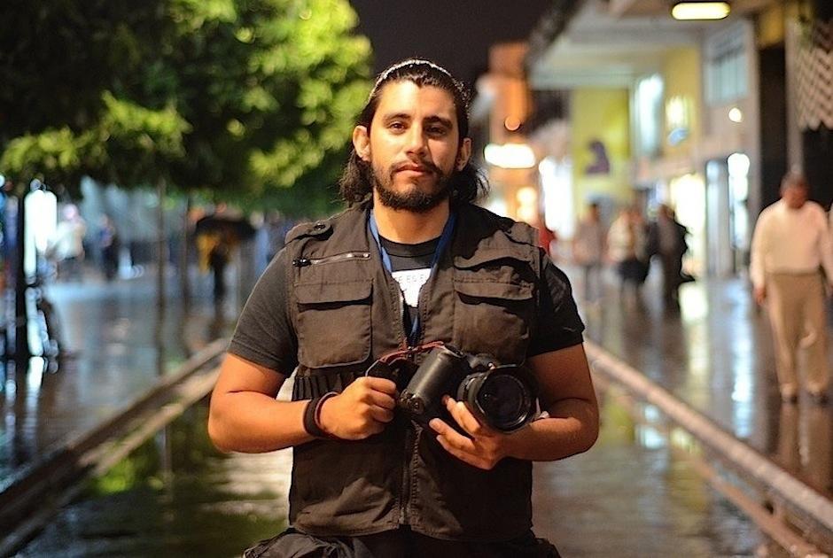 El fotógrafo de la agencia noticiosa EFE, tuvo que adaptarse al uso de cámaras fotográficas pensadas para derechos. (Foto: Selene Mejía/Soy502)