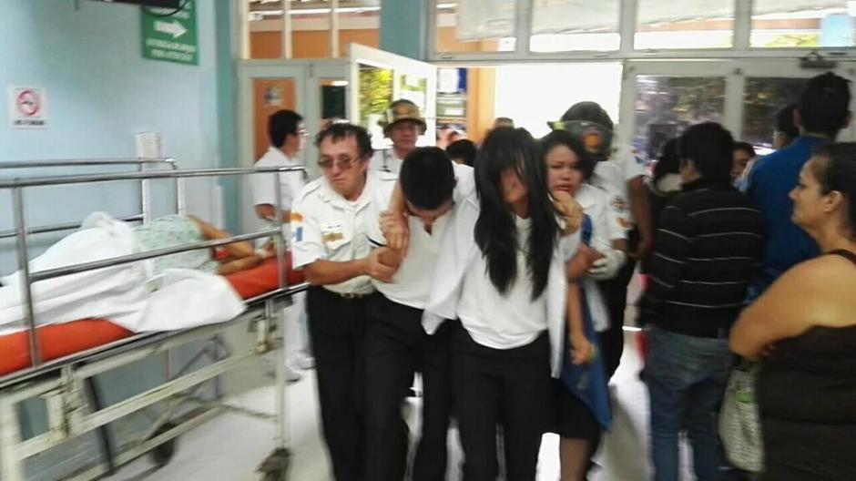 Los estudiantes fueron trasladados en varias unidades por los socorristas. (Foto: BVoluntariosGT)